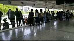 Estudantes se arriscam na estação de BRT Bosque da Barra