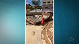 Caminhão tomba em buraco e tubulação rompe em rua de Francisco Morato