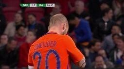 Sneijder recebe pelo meio e arrisca de fora da área, aos 40 do 2º tempo