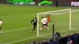 Lens cruza na área, bola fica espirrada, e Sneijder chuta cruzado, aos 42 do 2º tempo
