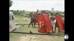 Peça 'A Paixão de Cristo' é encenada no Parque Ipanema, em Ipatinga
