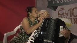 Pioneiro que ajudou a construir Brasília completa 100 anos e tocando teclado e sanfona