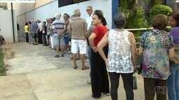 Idosos fazem fila para se vacinar contra H1N1 em posto de saúde de Goiânia