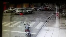 Vídeo flagra momento em que homem é jogado de carro