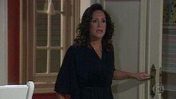 Maria do Carmo flagra Angélica no quarto de Lindalva