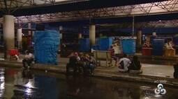 População aguarda por coletivos no Terminal 5, Zona Leste de Manaus