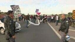 Manifestantes fazem ato e bloqueiam Rodovia Santos Dumont na manhã dessa sexta