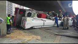 Caminhão do Corpo de Bombeiros tomba na descida do elevado Paulo de Frontin