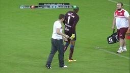 Que fase! Thiago Cardoso sente lesão e deixa o campo, aos 29' do 1º Tempo