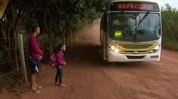 Crianças embarcam sozinhas em ônibus para chegar a escola em Brazlândia