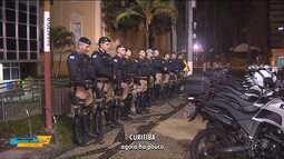 Policiais militares fazem a segurança em frente à Câmara de Curitiba