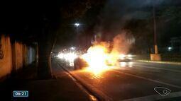 Carro pega fogo na avenida Beira Mar, em Vitória