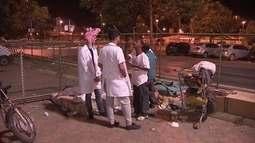 Voluntários distribuem comida, roupas e carinho para moradores de rua
