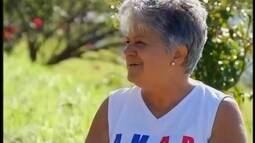 Heróis do Cotidiano: aposentada dedica tempo para cuidar de jardim público em Uberaba