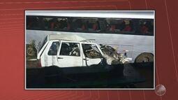 Acidente entre carro e ônibus de turismo deixa seis mortos