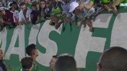Túlio de Melo conversa com torcedores da Chapecoense e diz que não falta raça