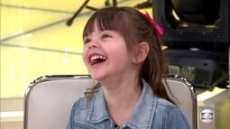 Fátima conhece menina que nasceu junto com o 'Encontro'