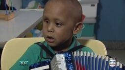 Com um tumor no olho, Duduzinho toca acordeón e dá exemplo de superação