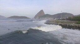 Ressaca provoca cena rara, com ondas de até 4 metros, na Praia do Flamengo