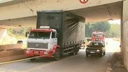 Caminhão fica preso embaixo de viaduto no Anel Viário Sul em Ribeirão Preto
