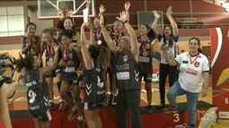 Vamos assistir agora a mais uma final, no basquete infantil feminino, dos JEMs