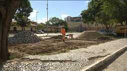 Iphaep manda derrubar quiosques construídos em frente à Velha Estação de Trem de CG