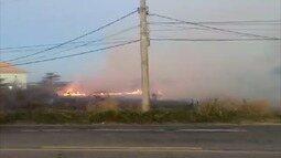 Morador registra incêndio no bairro Foguete, em Cabo Frio, no RJ