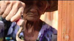 Conheça a história de dona Nelza, uma pedreira de 90 anos com muito vigor e disposição