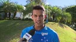 Henrique, do Cruzeiro, participa do Giro Rápido e responde que prefere Messi a CR7