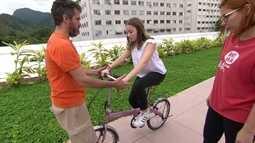 Professores ensinam as crianças a andarem de bicicleta sem rodinhas de forma segura