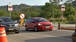 Rodovia Mogi-Bertioga, em Mogi das Cruzes, tem trânsito intenso na saída para o feriado