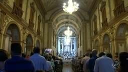 Fiéis fazem celebração e missa cantada em homenagem a Nossa Senhora Aparecida