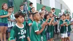 TV Palmeiras - Molecada do futsal invade treino do Palmeiras