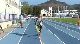 Jovens estudantes participam de projeto de atletismo criado pelo COB
