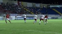 Rua parte no contra-ataque, arrisca para o gol, mas manda por cima, aos 12' do 2º tempo