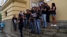 Candidatos protestam no Recife contra aplicação de provas de concurso do TJPE