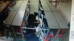 Imagens mostram assalto a perfumaria em Santa Maria