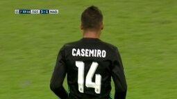 Bola sobra com Casemiro, que chuta forte para a defesa de Lloris, aos 37 do 2º tempo