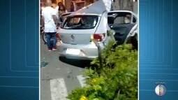 Carro bate em árvore em Campos, no RJ