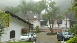 Alunos de Petrópolis têm 1º dia de aula após desmoronamento que abriu cratera nesta 3ª