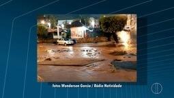 Enxurrada arranca parte do asfalto em frente a Prefeitura de Natividade, no RJ