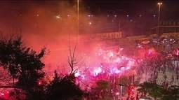 """Flamengo é recebido com """"rua de fogo"""" na chegada ao Maracanã"""
