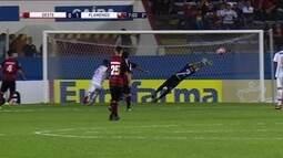 Lucas Silva tenta de longe, bola quica e quase engana goleiro, aos 6 do 2º tempo