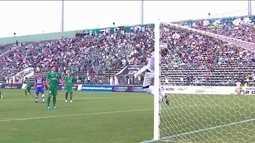 Falha bizarra! Vitor Brasil sobe para ficar com a bola, vacila e leva gol do Fortaleza