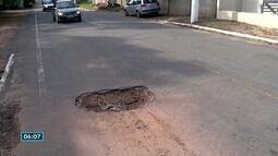 Motoristas têm dificuldade em passar pela ES-124 por causa dos buracos, em Aracruz