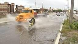 Primeira forte chuva do ano alaga ruas de Fortaleza