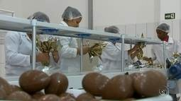 Fábricas de chocolate da região já trabalham para a Páscoa
