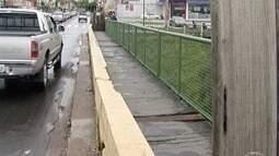 Passarela sobre a ponte que dá acesso à Avenida João XXIII é interditada