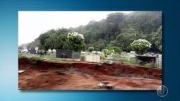 Cemitério do bairro Nova Descoberta está sem parte do muro e túmulos ficam à mostra