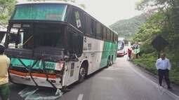 Acidente entre carreta e ônibus interdita a Via Anchieta